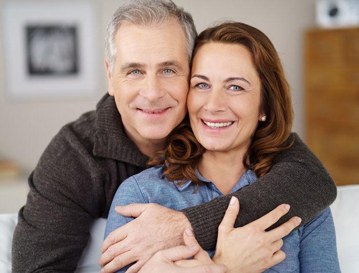 Implantate als Basis für eine Prothese – Implantate sind das ideale Hilfsmittel, um künstliche Zahnwurzeln zu platzieren, welche die Prothese aufnehmen und für einen sicheren und festen Halt sorgen.